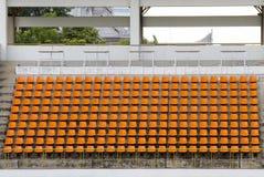 橙色空的体育场体育足球/橄榄球位子 库存照片