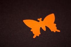 橙色纸形状的蝴蝶的特写镜头 库存照片