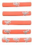 橙色纸被隔绝的纸卷栓与手工制造绳索和弓 库存照片