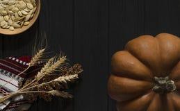 橙色纹理南瓜基于木背景黑色 免版税库存照片