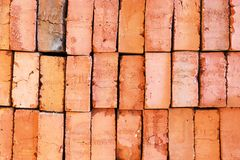 橙色老砖被分层堆积在彼此顶部 免版税图库摄影