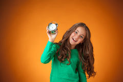 橙色背景的逗人喜爱的快乐的小女孩 库存照片