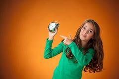 橙色背景的逗人喜爱的快乐的小女孩 免版税库存图片