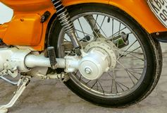 橙色葡萄酒摩托车轮子 免版税库存图片