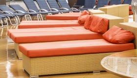 橙色蓝色轻便马车甲板的休息室弄湿了 库存照片