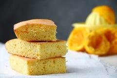 橙色蛋糕或面包与ingreients在桌上 免版税库存图片