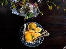 橙色蛋糕顶视图和软的焦点开花 免版税库存照片