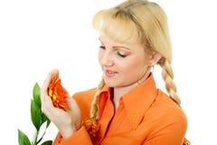 橙色衣裳的允诺的女孩 免版税库存图片