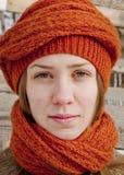 橙色被编织的围巾的女孩 库存照片