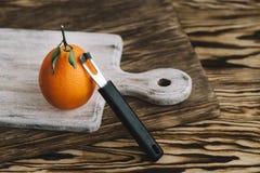 橙色说谎的图象在一个木板 免版税库存照片