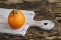 橙色说谎的图象在一个木板 库存图片