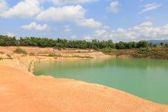 橙色谷小山和绿色水池湖 免版税图库摄影