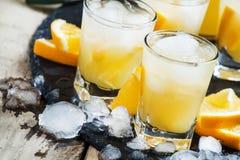 橙色软饮料用汁液、伏特加酒和冰,选择聚焦 库存图片