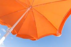 橙色遮阳伞底视图反对蓝天的 免版税库存图片