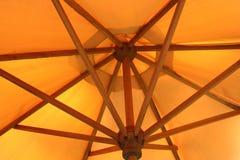 橙色遮阳伞的结构 免版税库存照片