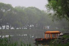 橙色长平底船在北京公园  免版税库存图片