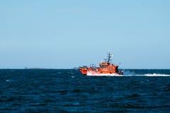 橙色领航船以速度 免版税库存图片