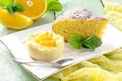 橙色饼和精美橙色点心 免版税库存照片