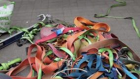 橙色,绿色,红色,桃红色、灰色和蓝色传送带和丝带在地面被撒布 股票视频