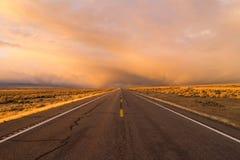 橙色水平日落开放路双线道的高速公路 免版税库存照片