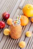 橙色水果的圆滑的人 图库摄影