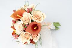橙色水芋百合五颜六色的花束  免版税库存照片