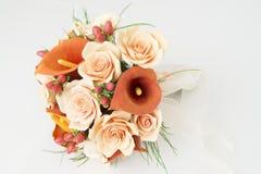 橙色水芋百合五颜六色的花束 免版税库存图片