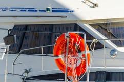 橙色lifebuoy在小船,人生一个根本的工具一边 免版税图库摄影