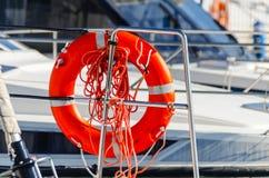 橙色lifebuoy在小船,人生一个根本的工具一边 图库摄影