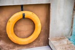 橙色lifebuoy,所有水抢救事故设备 库存图片
