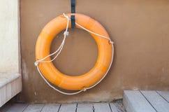 橙色lifebuoy,抢救事故设备 库存照片