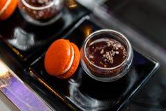 橙色Macaron服务与红豆浸洗 免版税图库摄影