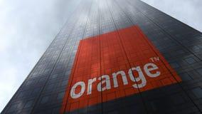 橙色S A 在摩天大楼门面反射的云彩的商标 社论3D翻译 免版税库存图片