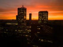 橙色sunsset的布拉格摩天大楼 库存图片
