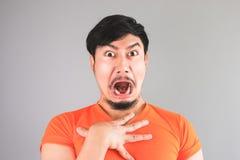 橙色T恤杉的亚裔人 免版税库存照片