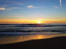 橙黄色在海滩马利布4k的桃红色日落 图库摄影