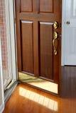 橡木回家住所的正门门开放 免版税库存照片