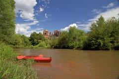 橡木小河和皮船 免版税库存图片