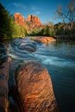 橡木小河和红色岩石 免版税库存照片