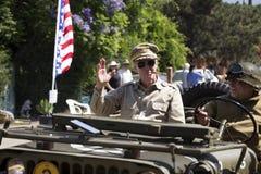 橡木景色,加利福尼亚,美国, 2015年5月24日,阵亡将士纪念日游行,有管子的, WWII道格拉斯Macarthur将军模仿者 免版税库存图片
