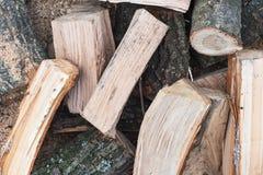 橡木木柴、木锯木屑、吠声和青苔,顶视图,关闭 为取暖季节做准备 免版税库存照片