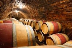 橡木桶在地下葡萄酒库里 免版税图库摄影