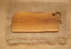 橡木砧板特写镜头在麻袋布的 土气厨房背景概念 新鲜蔬菜拼贴画 免版税库存照片