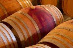橡木葡萄酒桶在celar的酿酒厂 免版税库存图片