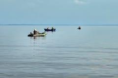 橡皮艇的渔夫 免版税库存图片
