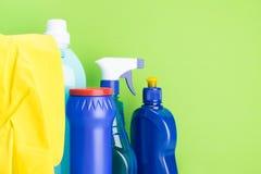 橡胶手套和手段为洗涤和执行清洁户内在绿色背景 图库摄影