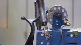 橡胶磁带在机器的一个鼓被卷  股票录像