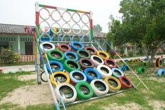 橡胶轮胎做的学校操场 库存照片