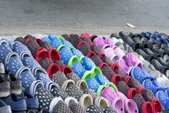 橡胶鞋子待售 免版税库存照片