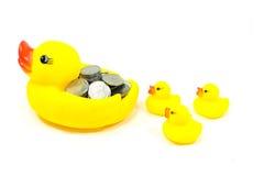 橡胶鸭子和硬币 免版税图库摄影